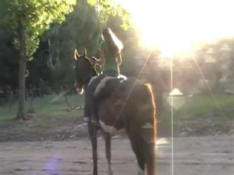 mujer con caballo andando a caballo en la costa youtube