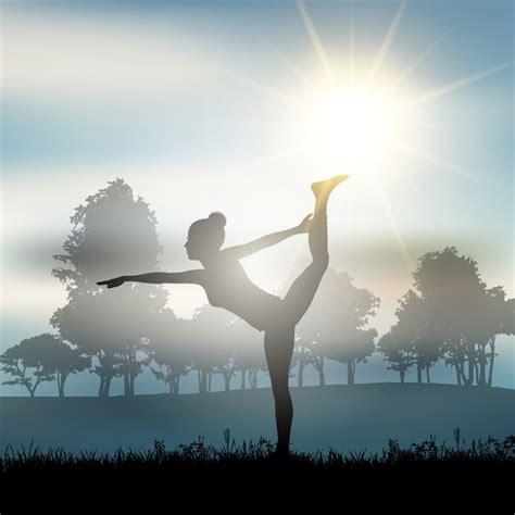 imagenes mujer haciendo yoga silueta de una mujer haciendo yoga descargar vectores gratis