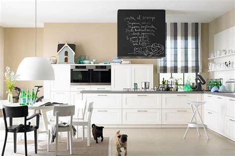 Wohnen mit Farbe: Sandtöne und Weiß machen die Küche