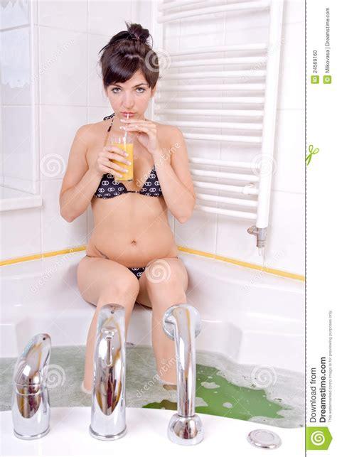 donna nuda doccia donna nella vasca da bagno fotografia stock immagine