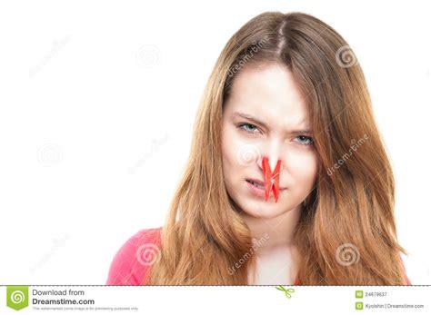 mauvaises filles portraits fille avec la pince 224 linge sur son nez photographie stock libre de droits image 24679637