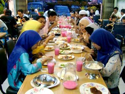 tata ruang rumah makan padang 5 macam gaya duduk orang indonesia saat makan qyusaders