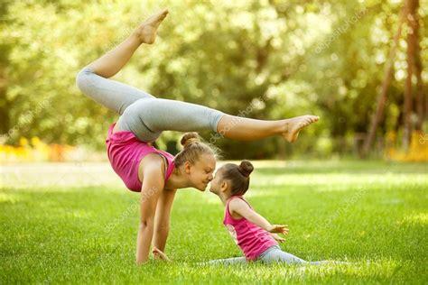 imagenes de yoga al aire libre madre e hija haciendo ejercicio al aire libre estilo de