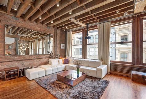 exposed brick and timber interiors flooded by light дизайн потолка с балками