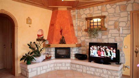 pareti in pietra con camino colori pareti rustico foto 34 36 design mag