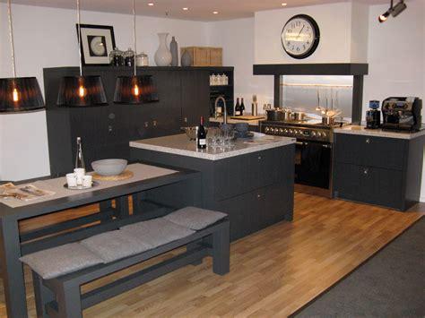 warme landelijke keuken landelijke grijze keuken met warme parket als vloer deze
