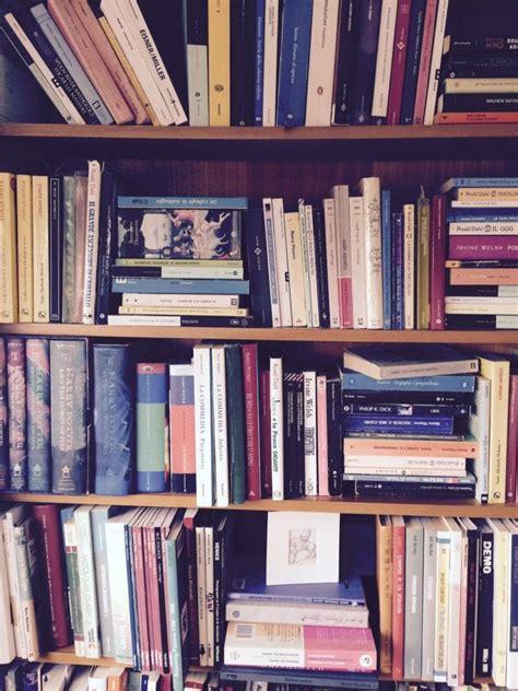 scaffale libri scaffale libri quasi organizzata