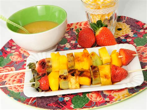 brocheta de fresas y frambuesas brocheta de fruta a la plancha con salsa de pl 225 tano y miel