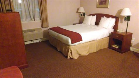 hotel beds file hotel room with queen size bed jpg wikimedia commons