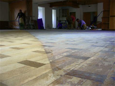 alter parkettboden alten dielenboden aufarbeiten alter mit roter farbe