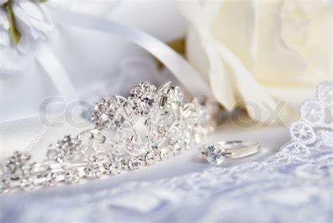 braut links oder rechts hochzeit silber tiara diadem mit diamanten neben dem