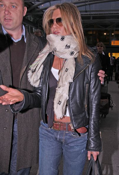 aniston wears pashmina images99