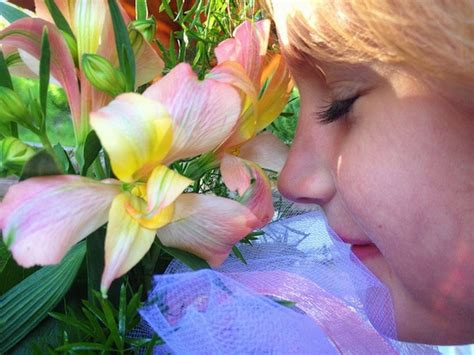 why do flowers smell good smart news smithsonian