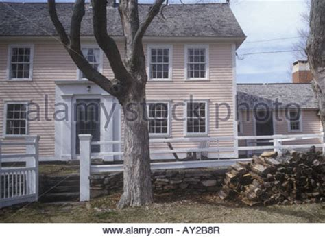 introduction to new england colonial architecture a new england colonial style farmhouse stock photo