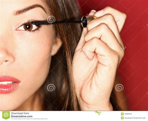 Maskara Make putting mascara makeup stock photo image 18900910