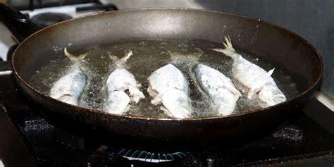 Minyak Goreng Lentera kuliner tips menggoreng ikan agar tidak lengket di wajan