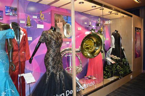 imagenes del vestido de novia de jenny rivera reporte hollywood el museo del grammy rinde homenaje a