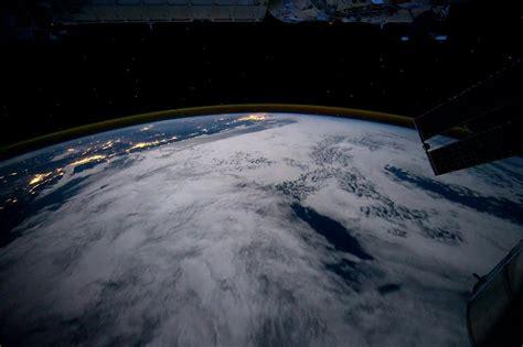 imagenes reales de la tierra desde el espacio file la tierra de noche desde el espacio ogv wikimedia