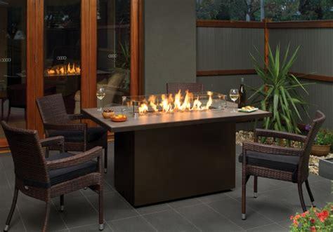 tisch mit feuerstelle offene feuerstelle im garten bauen 45 gestaltungsideen