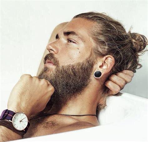 35 hombres con colita de cabello y barba que te enamorarán