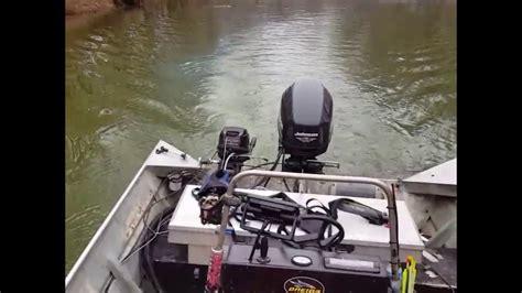 bowfishing boat kicker motor running the mercury 9 9 kicker on bowfishing boat youtube