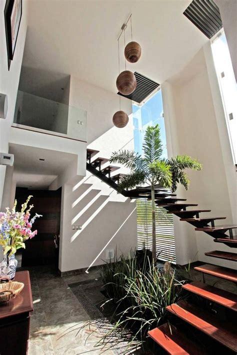 creativo escalera interior patio
