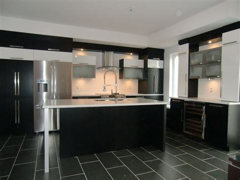 armoire de cuisine moderne avec ilot comptoir corian