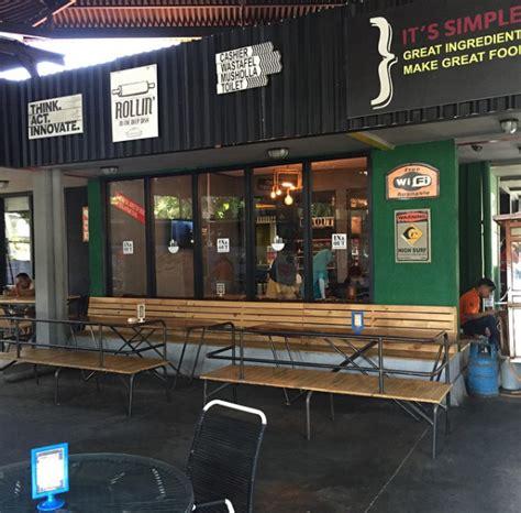 Hujan Hujan Hujaaan ginalania bingung milih makanan di in out eatery