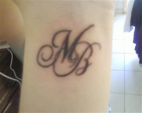 tatouage initiales sur le bras tatouage lettre sur