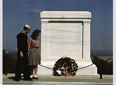 File:Tomb of the Unknowns, with U.S. Navy sailor and woman ... Unknowns:de