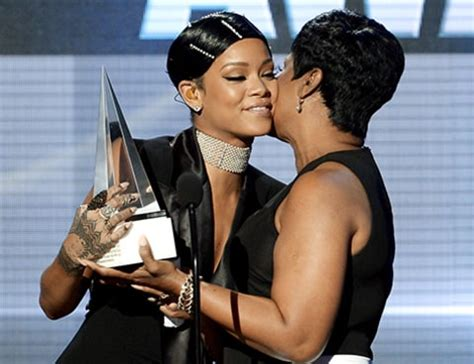 rihanna and her mom rihanna s mom presents her with icon award at 2013 amas