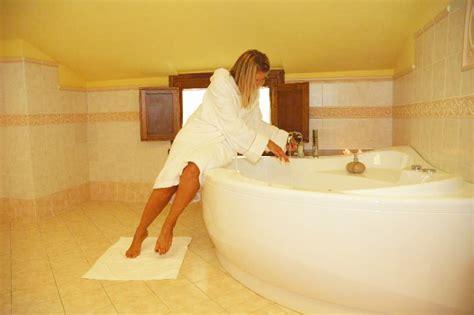 centro benessere con vasca idromassaggio in suite con camino e vasca idromassaggio hotel con piscina