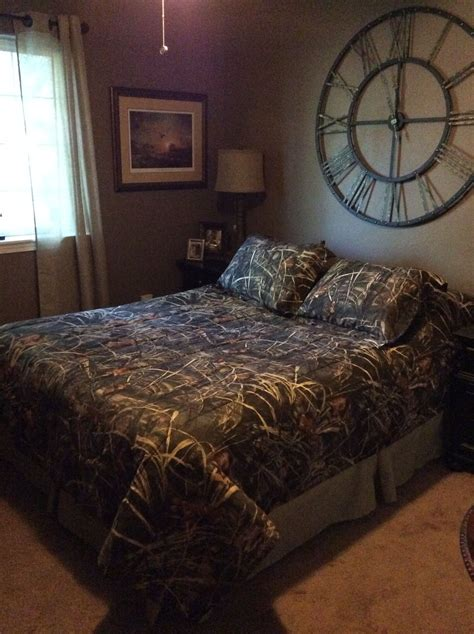 camo decorated bedroom   adult level clock
