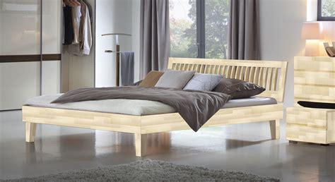 weißes 140x200 bett kleines schlafzimmer in weiss