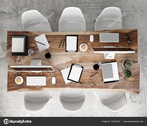poster ufficio mock up poster sul tavolo da conferenza con accessori per