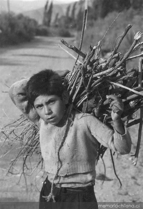 Niño transportando leña - Memoria Chilena, Biblioteca