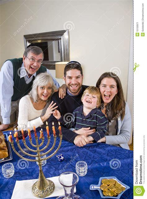 imagenes familia judia j 252 dische familie die chanukah feiert stockbild bild