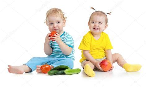 imagenes de niños jugando y comiendo ni 241 os comiendo frutas y verduras aislados foto de stock