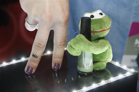 Modèle Pré état Daté tatuagem mania a tatuagem mania na nails fashion week 2012