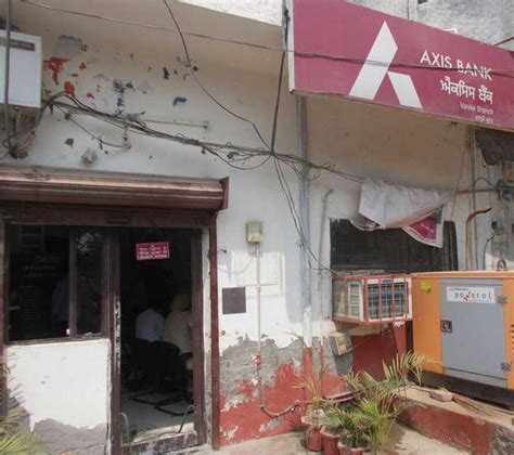 Axis Bank Looted At Gunpoint