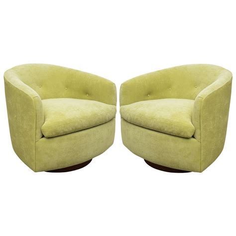 Milo Baughman Pair Of Fabulous Swivel Barrel Chairs At 1stdibs Barrel Chairs That Swivel