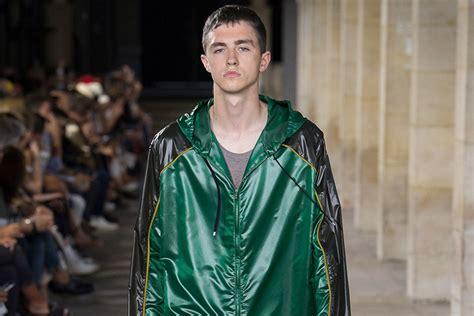 desain jaket gojek wow jaket karya desainer internasional ini mirip dengan