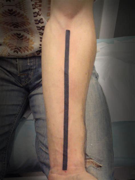 tatuaje de un brazalete en el antebrazo