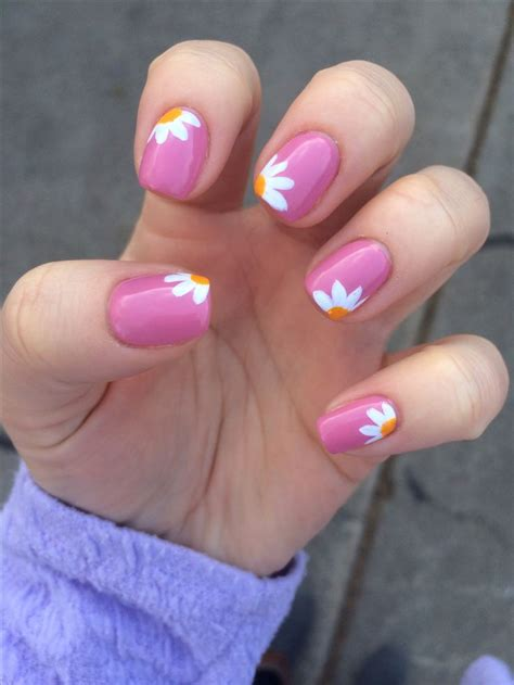 daisy pattern nails 30 nail art designs that you will l ve daisy nails