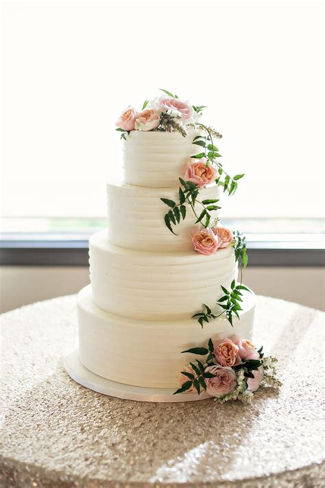 Flowers On Wedding Cakes by 10 Wedding Cakes With Fresh Flowers Inside Weddings