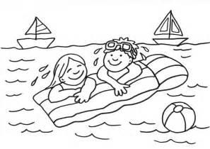 ausmalbild sommer kinder auf der luftmatratze ausmalen kostenlos ausdrucken