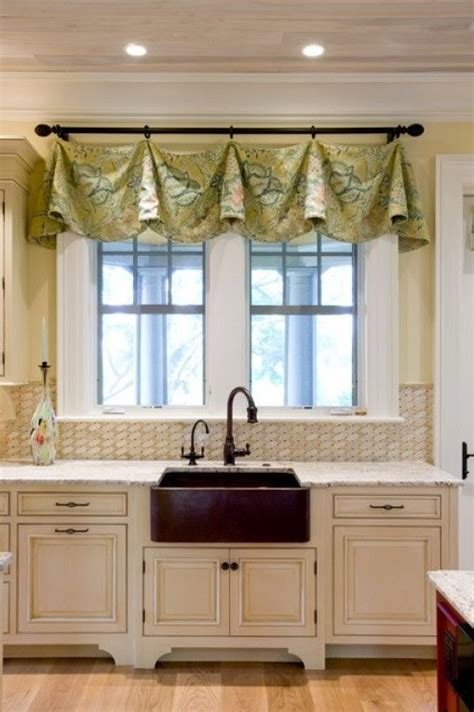 short curtains for kitchen window 1000 ideas about short window curtains on pinterest