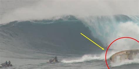 fast boat maui massive wave capsizes boat at maui surf break video