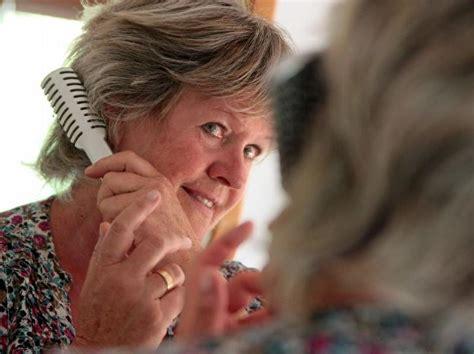 frisuren fuer senioren experten tipps fuer schnitt farbe