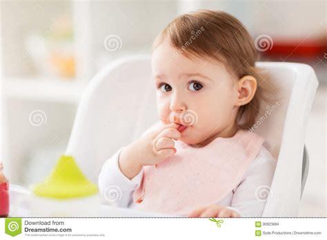 baby zu hause gl 252 ckliches baby das zu hause im highchair sitzt